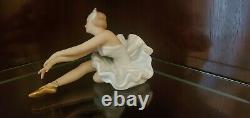 Vintage Wallendorf Porcelaine Ballerina Sitting & Stretching- Excellent État